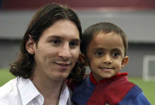 Barcelona's soccer player Lionel Messi (L) poses for a photo with fan Mateo Moncayo at the Aspire Academy of Sports Excellence in Doha January 13, 2008. REUTERS/ Mohammad Youssef (QATAR)